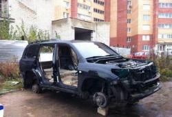 Неизвестные за ночь разобрали припаркованный внедорожник на части