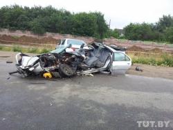 В Минске Peugeot 406 превратился в груду металла после встречи с автобусом (фото)