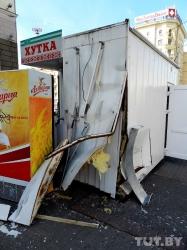 В Минске женщина на «жигулях» протаранила киоск «Хутка-смачна» и остановку (фото)