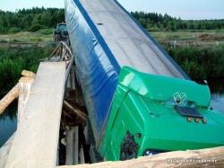 В Пуховичском районе МАЗ пересекал реку по деревянному мосту и рухнул в воду